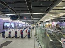 Stationsfolkhop för MTR Sai Ying Pun - förlängningen av ölinjen till det västra området, Hong Kong Royaltyfria Foton