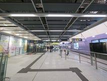 Stationsfolkhop för MTR Sai Ying Pun - förlängningen av ölinjen till det västra området, Hong Kong Royaltyfria Bilder