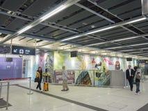 Stationskonstverk för MTR Sai Ying Pun - förlängningen av ölinjen till det västra området, Hong Kong Arkivfoton