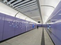 Stationskorridor för MTR Sai Ying Pun - förlängningen av ölinjen till det västra området, Hong Kong Arkivbilder