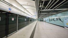 Stationsplattform MTR Kennedy Town - die Ausdehnung der Insel-Linie zum Westbezirk, Hong Kong Lizenzfreie Stockfotos