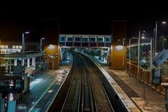 Stationsplattform zu nght Zeit verlassen Stockfoto