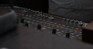 Stationt del conroller del DJ nel club Fotografia Stock