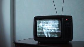 Statisch lawaai van een oude kleine TV stock video