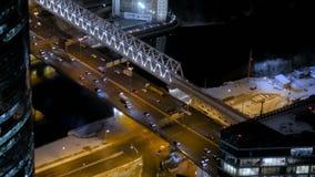 Statisch satellietbeeld - snel bewegend auto'sverkeer bij de straat van de nachtstad stock video