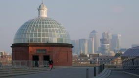 Statisch schot van Cutty Sark met Canary Wharf stock footage