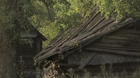Statische Ansicht über altes zerstörtes verlassenes Holzhaus im Dorf von Weißrussland stock video footage