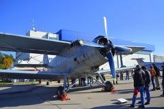 Statische Anzeige der An-2T Colt-Flugzeuge Lizenzfreie Stockfotografie