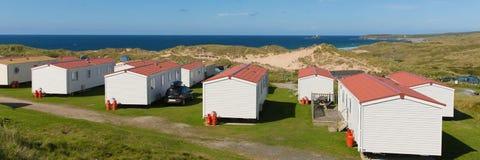 Statische caravans met mening aan mooie kust Van Cornwall in de zomer Stock Fotografie