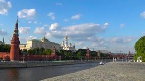 Statische mening van Kremlevskaya-naberezhnaya Moskou, Rusland Datum 18 juni 2017 kadetmeisje die de camera en het stellen bekijk stock videobeelden
