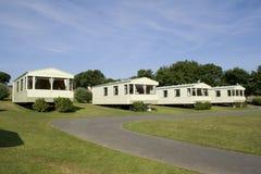 Statische Wohnwagen auf einem Campingplatz Stockbilder