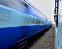 Statischer Zug gegen Super Schnellzug - indische Eisenbahnen stockbilder