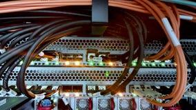 Statisches Video von Lichtleiterkabeln im Serverraum stock video footage