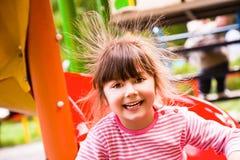 Statisk elektricitet för lycklig flicka arkivbild