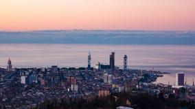 Statisk elektricitet för solnedgångtimelapseBatumi cityscape arkivfilmer