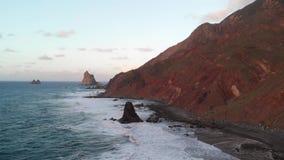 Statisk sikt från surret till stranden med stora vågor och svart sand kanarief?gel?ar spain tenerife stock video