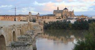 Statisk sikt på den Puente Romanobron och domkyrkan som reflekterar i vatten arkivfilmer