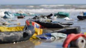 Statiskt extremt slut upp av plast- avskräde och avfall på stranden Ändrande fokus arkivfilmer