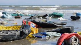 Statiskt extremt slut upp av plast- avskräde och avfall på stranden på havsbakgrund