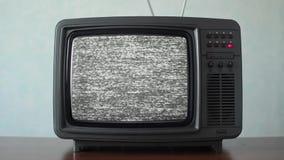 Statiskt oväsen på en tappningTVuppsättning i ett rum stock video