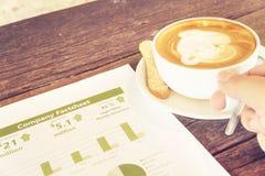 Statist de consumición de la ficha de datos del negocio de la compañía de la lectura del latte del café Fotografía de archivo