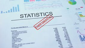Statistiche confidenziali, mano che timbra guarnizione sul documento ufficiale, statistiche stock footage