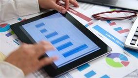 Statistiche di scambio di Looks At Stock della donna di affari video d archivio