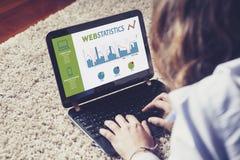Statistiche di web in uno schermo di computer portatile Donna che analizza web Immagini Stock Libere da Diritti