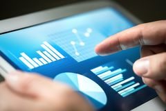 Statistieken, grafieken, tendensen en de groei op het tabletscherm Financiabeheer en ontwikkeling met technologie in zaken royalty-vrije stock afbeeldingen
