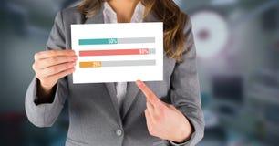 Statistiekgrafieken en de kaart van de vrouwenholding Stock Foto's