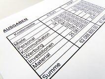 Statistikzahlen mit einem roten Bleistift. Deutsch. Lizenzfreies Stockbild