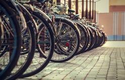 Stativ för många cyklar en-bak-en Royaltyfri Foto