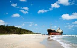 Statków ORAPIN 4 uderzenie fala rozbija na ląd. Zdjęcie Royalty Free