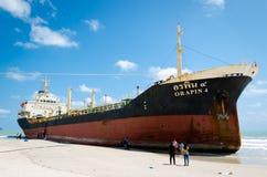 Statków ORAPIN 4 uderzenie fala rozbija na ląd. Zdjęcia Royalty Free