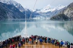 Statków wycieczkowych pasażery w lodowiec zatoki parku narodowym Zdjęcia Royalty Free