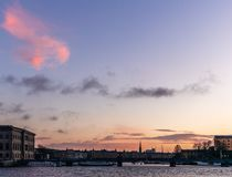 Statki, górują podczas kolorowego wschód słońca w zimie i mosty 2 w schronieniu Sztokholm - zdjęcia stock