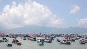 Statki i łodzie dla łowić blisko brzeg jeziora zbiory