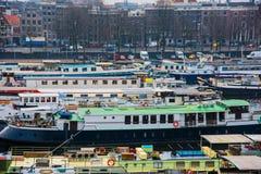 Statki na kanałach w Amsterdam Kreml miasta krajobrazu noc znaleźć odzwierciedlenie rzeki godziny krajobrazu sezonu zimę Obraz Royalty Free