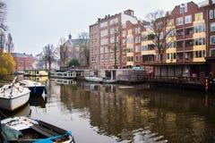 Statki na kanałach w Amsterdam Kreml miasta krajobrazu noc znaleźć odzwierciedlenie rzeki godziny krajobrazu sezonu zimę Zdjęcie Stock