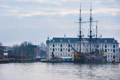 Statki na kanałach w Amsterdam Kreml miasta krajobrazu noc znaleźć odzwierciedlenie rzeki godziny krajobrazu sezonu zimę Zdjęcia Royalty Free