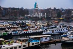 Statki na kanałach w Amsterdam Kreml miasta krajobrazu noc znaleźć odzwierciedlenie rzeki godziny krajobrazu sezonu zimę Fotografia Stock