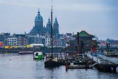 Statki na kanałach w Amsterdam Kreml miasta krajobrazu noc znaleźć odzwierciedlenie rzeki godziny krajobrazu sezonu zimę Obrazy Royalty Free