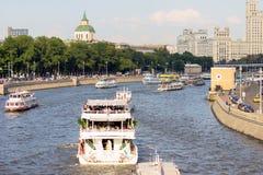 Statki na Moskwa rzece na wysokiego budynku tle pejzaż miejski Moscow Lato w Moskwa Obraz Stock