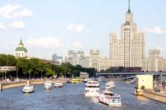 Statki na Moskwa rzece na wysokiego budynku tle pejzaż miejski Moscow Lato w Moskwa Zdjęcie Stock