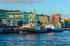 Statki pociągają w portowego terenu Hafen mieście, rzeczny Elbe, bulwar Landungsbrucken na Elbe rzece, Hamburg, Niemcy zdjęcie royalty free