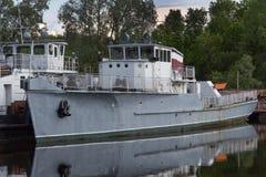 Statki w schronieniu na jeziorze Zdjęcie Stock