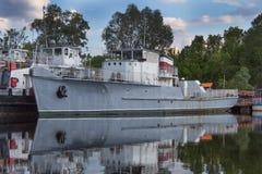 Statki w schronieniu na jeziorze retro Zdjęcie Stock