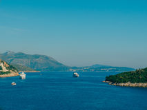 Statki wycieczkowi blisko starego miasteczka Dubrovnik Fotografia Stock