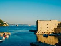 Statki wycieczkowi blisko starego miasteczka Dubrovnik Obraz Stock