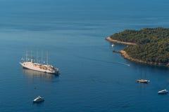 Statki wycieczkowi blisko starego miasteczka Dubrovnik Obrazy Stock